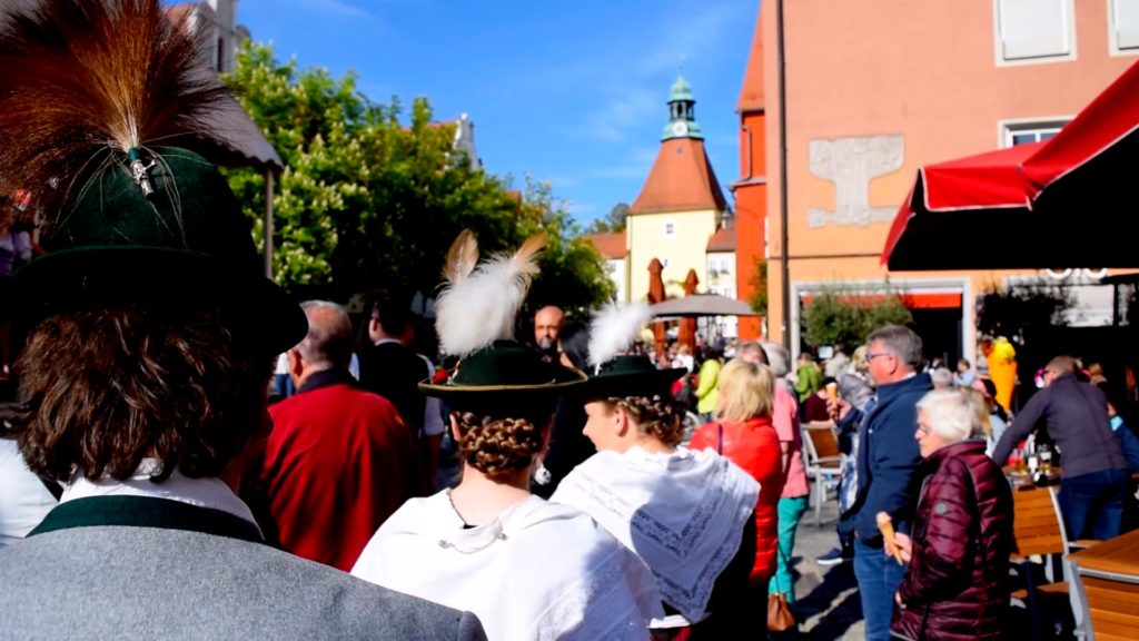 Folks dressed in traditional Bavarian clothing in the Stadt Weiden in der Oberpfalz Marktplatz