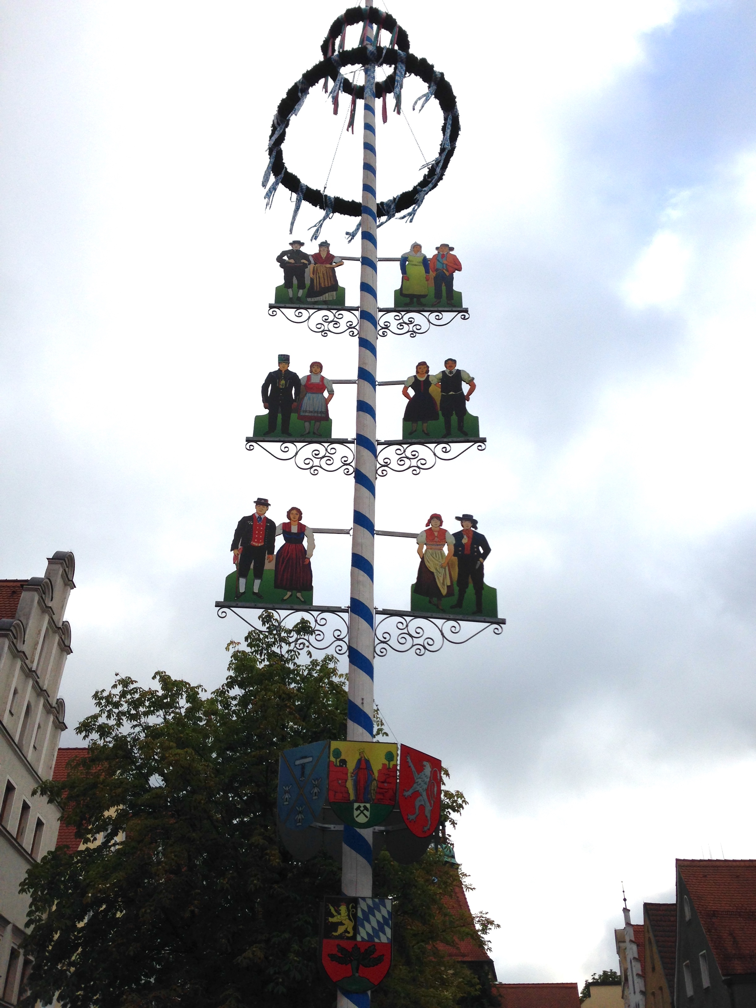 The Zunftbaum can be decorated as a Maibaum, and displays other decorations such as placards to represent the city's trade groups