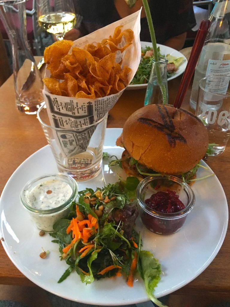 Gourmet burger and fries at Weiden restaurant Zoe