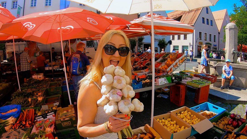 Weiden woman eating a clove of garlic